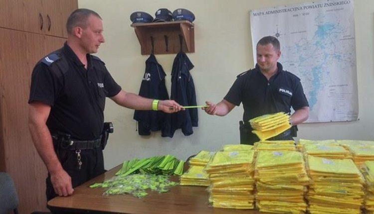 Policjanci otrzymali 1000 kamizelek odblaskowych dla pieszych i rowerzystów