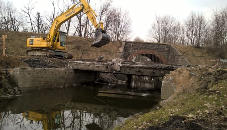 Rozbiórka mostu w Żninie na ul. Dworcowej (foto i video)