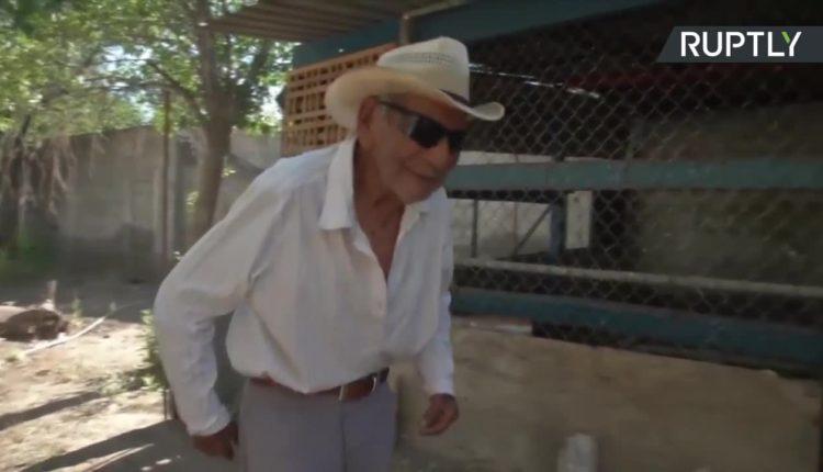 Ma 121 lat i codziennie zajmuje się swoimi kurczakami. Jest najprawdopodobniej najstarszym człowiekiem na świecie.