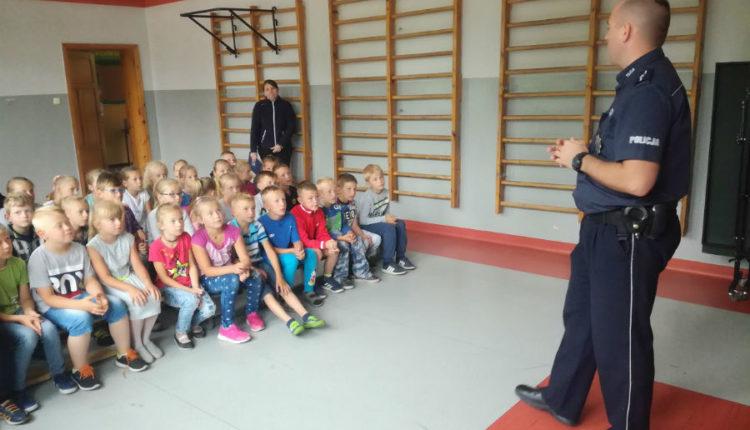 O bezpieczeństwie rozmawiał dzielnicowy z dziećmi w Szkole Podstawowej w Laskownicy