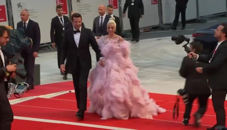 """Lady Gaga i Bradley Cooper przyciągnęli największe tłumy na premierę """"A Star Is Born"""" na festiwalu w Wenecji"""