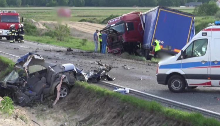 Wyrwany bok samochodu. Czołowe zderzenie z ciężarówką w Wąsoszu (video)
