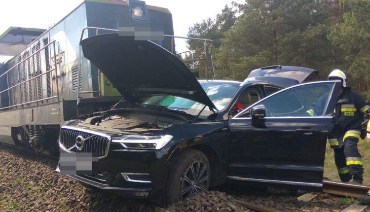 Policjanci wyjaśniają okoliczności zdarzenia drogowego na przejeździe kolejowym, do którego doszło w Zamościu