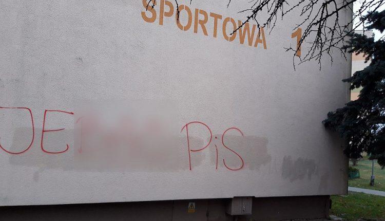 """Napisy """"Je…ć PiS"""" pojawiły się na budynkach w Mogilnie"""