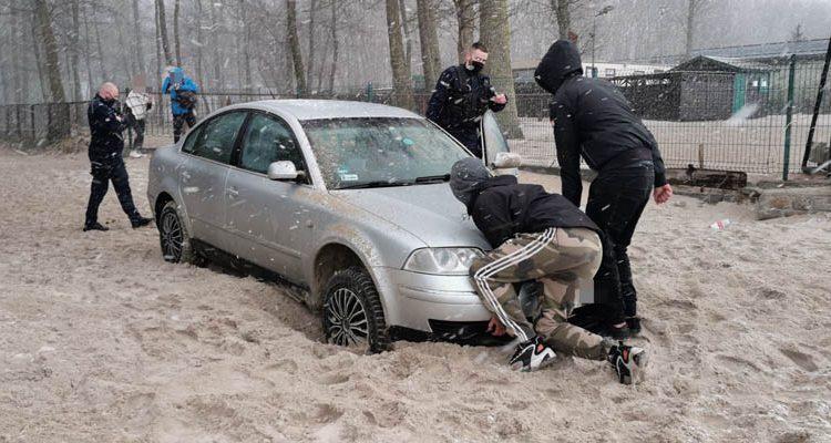 Miał naprawić samochód, a pojechał nim nad morze. Auto zakopało się na plaży