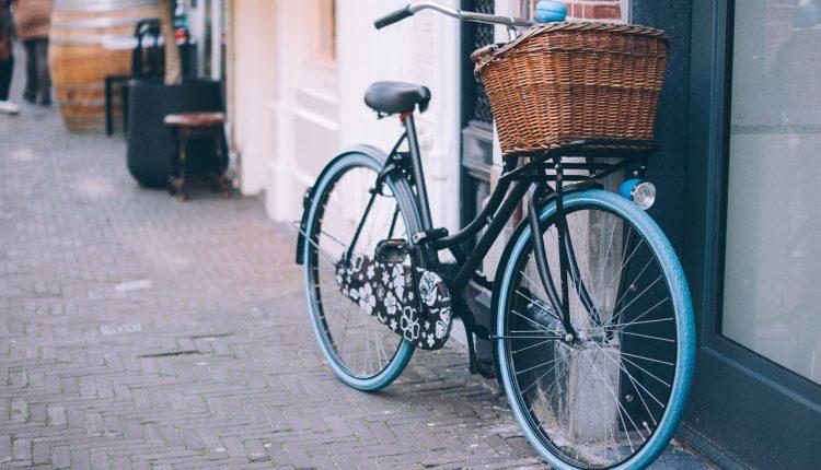 Policjanci zachęcają do znakowania rowerów